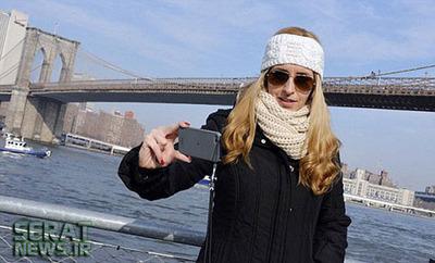 دختر امریکایی بیاعتنا به انسانی که پشت سر او با قصد خودکشی در حال پریدن از پل است!