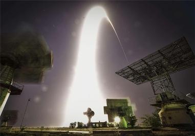یک فضاپیمای سویوز حامل یک خدمه به ایستگاه فضایی در قزاقستان منفجر شد