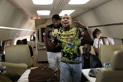 فلوید مایویتر/فلوید مایویتر از قهرمانان بوکس حرفهای و یکی از چهرههای شناخته شده ورزشی جهان است./<br /> مایویتر با 16 همراه قدرتمندش در هواپیمای شخصی خود حضور دارد</p> <p>