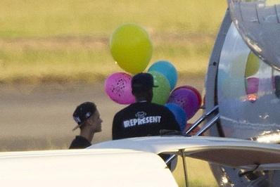 جاستین بیبر/جاستین بیبر از خوانندگان جوان موسیقی پاپ است که همواره حواشی بسیاری پیرامون خود دارد.<br /> بیبر به همراه بادکنکهای خود در حال سوار شدن به جت شخصیاش در فرودگاه نیوزلند است</p> <p>