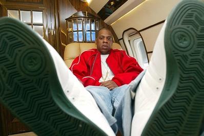 جی زی/جی زی از خوانندگان رپ آمریکا و همسر بیانسه خواننده موسیقی پاپ است. وی در سال 2012 و به مناسبت روز پدر از همسر خود یک جت شخصی به ارزش 40 میلیون دلار را هدیه گرفت که دارای سالن پذیرایی، آشپزخانه و اتاقهای خواب است.<br /> جی زی در هواپیمایی که برای روز پدر هدیه گرفته است</p> <p>