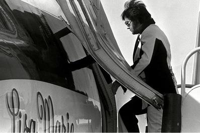 الویس پیریسلی/ الویس پیریسلی خواننده راک اند رول در سال 1975 جت شخصی خود را خرید و 300 هزار دلار بابت تغییر فضای داخلی و تجهیز آن به اتاقهای خواب و سالن کنفرانس هزینه کرد. بعد از مرگ الویس این هواپیما به دخترش لیزا ماری رسید.</p> <p>الویس پریسلی در حال سوار شدن به جت شخصی خود 2 ماه قبل از مرگش</p> <p>