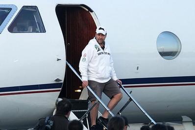 راسل کرو/ راسل کروه بازیگر مطرح جهان و ایفاگر نقشهای به یاد ماندنی در فیلمهایی چون «گلادیاتور» و «مرد سیندرلایی» هم از هواپیمای شخصی برای مسافرتهای خانوادگی استفاده میکند.</p> <p>کرو در حال پیاده شدن از جت شخصیاش در ایتالیا</p> <p>