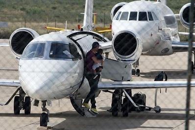 کریستیانو رونالدو</p> <p>کریستیانو رونالدو برنده توپ طلای بهترین بازیکن جهان و فوق ستاره تیم رئال مادرید اسپانیا علاقهمند به سفر با هواپیمای شخصی خود است.</p> <p>رونالدو به همراه پسرش از هواپیمای شخصی خود پیاده میشود</p> <p>سرنا ویلیامز قهرمان تنیس زنان جهان، لیدی گاگا خواننده پاپ، رولینگ استون گروه موسیقی راک و التون جان خواننده موسیقی پاپ نیز از دیگر چهرههای شناخته شده هنر و ورزش جهان هستند که از هواپیمای شخصی برای مسافرتهای خود استفاده میکنند.