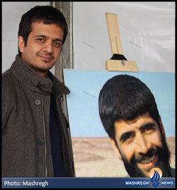 «داوود کریمی قهرودی» 30 سال پس از شهادت «حاج عباس» در کنار تصویر پدر