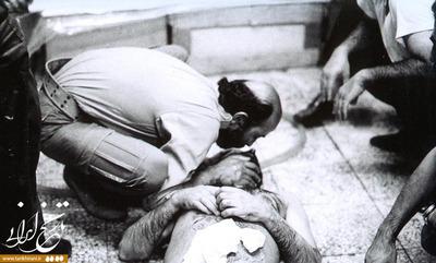 مهدی چمران در حال غسل برادر شهیدش