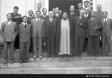 3-دکتر حسین فاطمی در جمع اعضای اولیه جبهه ملی ایران در برابر کاخ مرمر