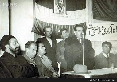 5- دکتر حسین فاطمی در حال سخنرانی در کلوپ حزب زحمتکشان.در تصویر حسین مکی و شمس قنات آبادی دیده می شوند