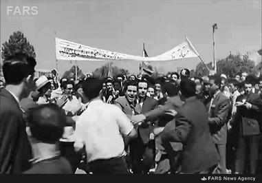 9- دکتر حسین فاطمی در خلال یکی از تجمعات دوران نهضت ملی در برابر مجلس