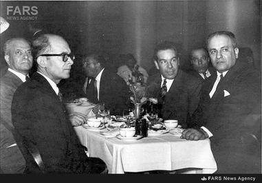 10- دکتر حسین فاطمی در کنار دکتر سید علی شایگان و تنی چند از اطرافیان در دوران نهضت ملی