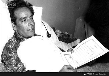 11- دکتر حسین فاطمی پس از ترور بر مزار محمد مسعود در بیمارستان