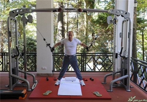 ولادیمیر پوتین که گویی میخواهد ثابت کند تحریمهای اقتصادی به کشورش آسیبی نرسانده، در یک سالن بدنسازی با لباسی بهقیمت بیش از 3000 دلار مشغول ورزش است.