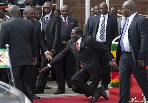 یقیناً تصویر زمین خوردن پیرمردی 90ساله خوشایند نیست. اما نکته جالب تصویر اینجاست که دولت رابرت موگابه، رئیسجمهور زیمبابوه، اساساً چنین اتفاقی را تکذیب کرده و سعی در حذف این تصویر از رسانهها داشت.