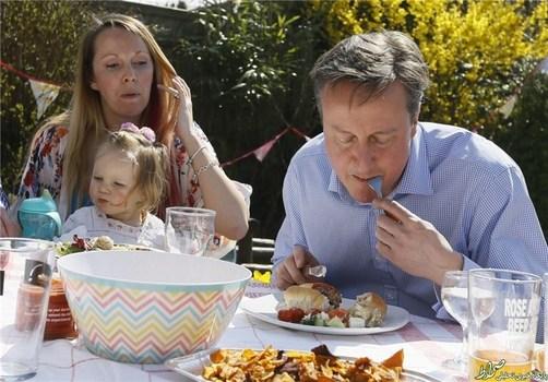 در این تصویر نیز دیوید کامرون، نخستوزیر انگلستان، با کارد و چنگال ساندیچ هاتداگ میخورد.