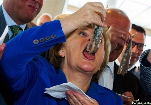 اما در این بین آنگلا مرکل، صدراعظم آلمان، سعی میکند یک ماهی را تقریباً درسته ببلعد.