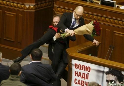 و اما وقتی یکی از نمایندگان مخالف دولت اوکراین پس از اینکه دستهگلی برای نخستوزیر در مجلس میبرد سعی میکند او را از تریبون دور سازد.