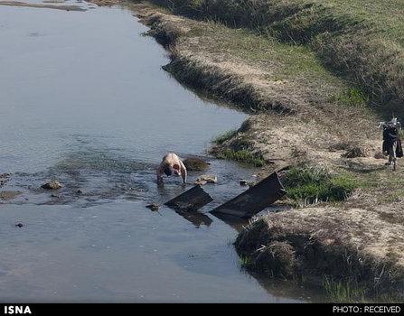مردم برای حمام کردن از آب رودخانه استفاده میکنند
