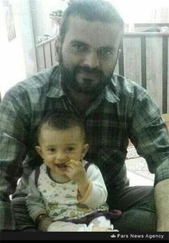شهید سجاد دهقان در کنار فرزندش