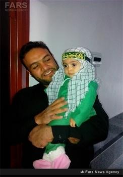 شهید پویا ایزدی در کنار فرزندش