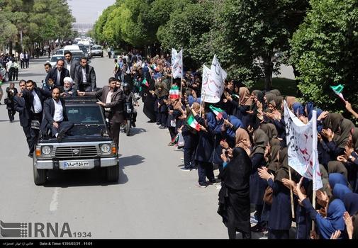 استقبال پررنگ دانش آموزان از روحانی/ در این تصویر، عمده استقبال کنندگان خیابانی از رییس جمهور، دانش آموز هستند.