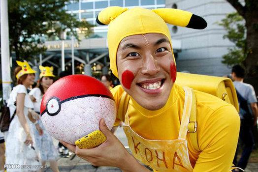 مردی با لباس شخصیت اصلی بازی پوکمون در یوکاهاما ژاپن (Reuters)