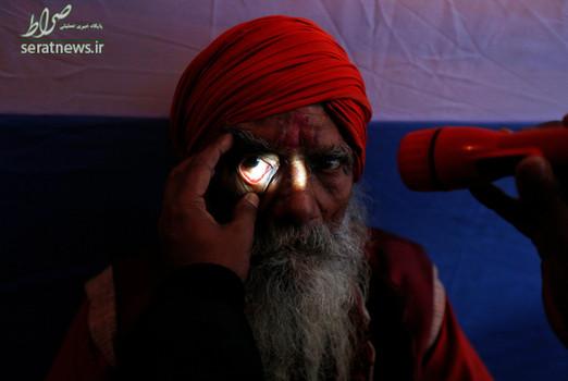معاینه چشم یک مرتاض هندی در جریان برگزاری جشنواره یک روزه ماکار سانکرانتی ـ کلکته هند