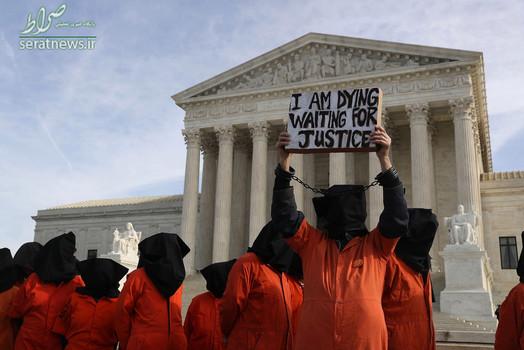 تجمع معترضان در لباس زندانیان گوانتانامو در مقابل دادگاه عالی آمریکا در پانزدهمین سال تأسیس این زندان مخوف