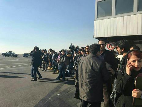 انتظار خبرنگاران در فرودگاه