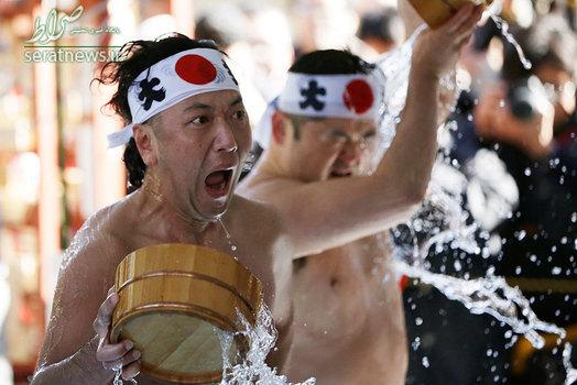 جشنواره ای در ژاپن که مردم با ریختن آب سرد بر روی بدن خود روح خود را پاک می کنند