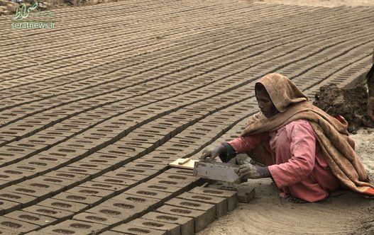 امیره بی بی زنی که در یک کوره آجرپزی در حومه لاهور پاکستان کار می کند