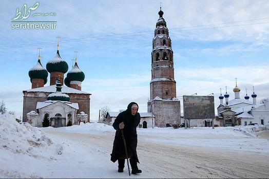 سرمای هوا در یاروسلاول روسیه و عبور یک زن از مقابل کلیسای مهد و کلیسای شفاعت حضرت مریم