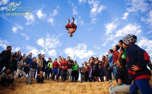 جوانان فلسطینی در حال تماشای مهارت یک جوان فلسطینی در اجرای ورزش پارکور