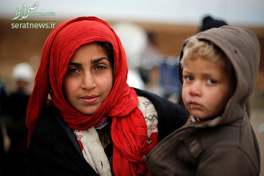 دختر عراقی به همراه برادرش که از خانه و کاشانه خود در موصل آواره شده