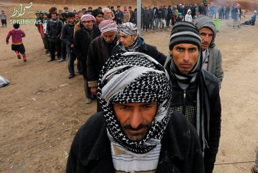 آوارگان عراقی در یک ایست بازرسی برای ثبت نام خود قبل از اعزام به اردوگاه شرق موصل