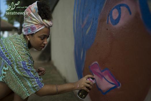 ویانا رودریگز هنرمند خیابانی در حال کشیدن یک طرح دیواری برای پایان دادن به خشونت علیه زنان در ریودوژانیروی برزیل