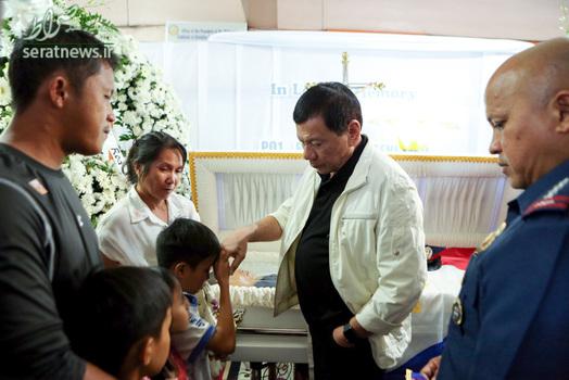 بوسیدن دست رییس جمهور فیلیپین
