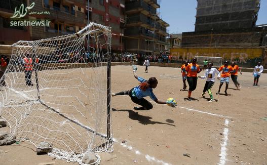 فوتبال بازی کردن زنان در زمین خاکی - نایروبی، کنیا