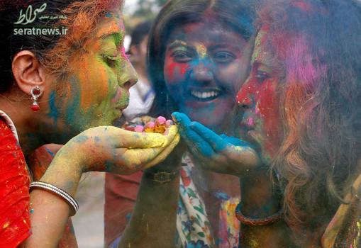 دانشجویان دختر هندی در جشنواره رنگ هولی در محوطه دانشگاه کلکته
