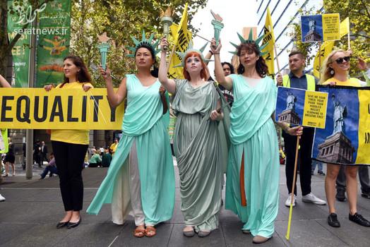 اعتراض زنان در لباس مجسمه آزادی به سیاست های مهاجرتی دونالد ترامپ رییس جمهور آمریکا - سیدنی، استرالیا