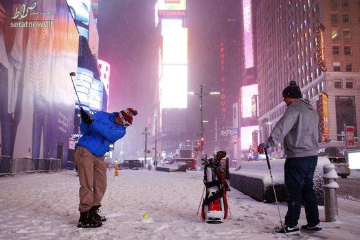 گلف بازی با توپ تنیس در خیابان پوشیده از برف میدان تایمز