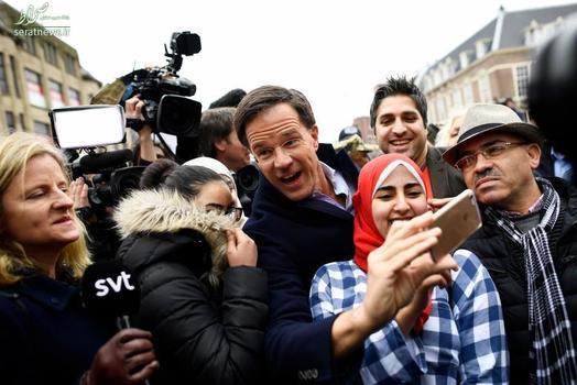 سلفی  مارک روته نخست وزیر هلند با طرفدارانش در طول مبارزات انتخاباتی