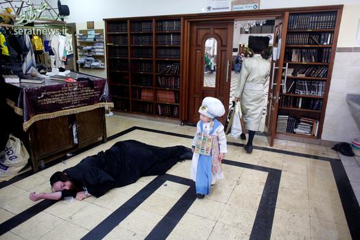 یک یهودی ارتدوکس در جریان برگزاری جشن پوریم مست کرده و به روی زمین افتاده