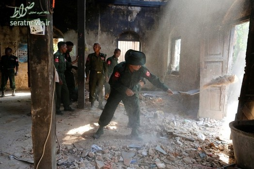 سربازان میانماری در یک ساختمان آسیب دیده ناشی از وقوع زلزله در  تاییک کی
