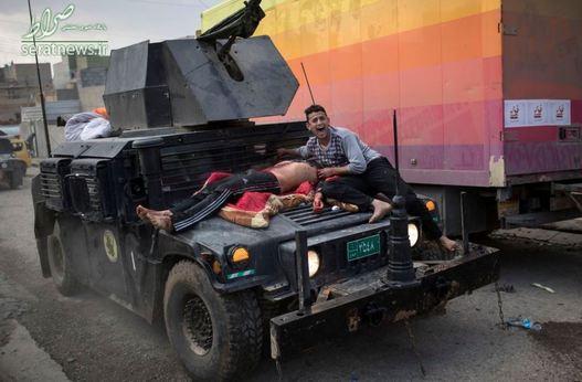 یک مرد زخمی بر روی خودروی نیروهای ویژه ارتش عراق در غرب موصل
