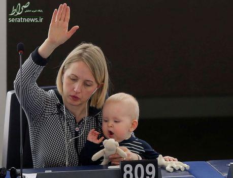 جوت گوتلند با کودک خود در جلسه رأی گیری پارلمان اروپا در استراسبورگ فرانسه