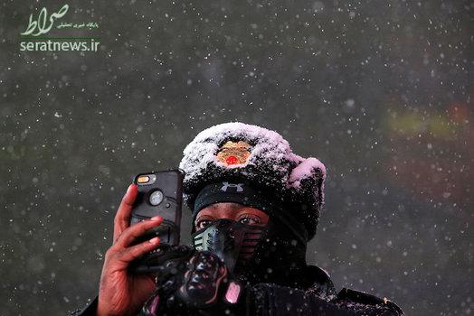 عکس سلفی یک گروهبان در حین بارش برف در میدان تایمز نیویورک