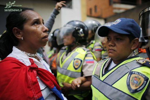 اشک ریختن یک زن در تظاهرات ضد دولت نیکلاس مادورو در کاراکاس