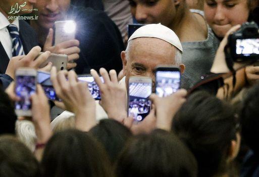 عکس گرفتن دانشجویان از پاپ فرانسیس در واتیکان