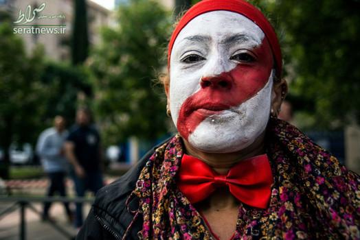 یک زن در اعتراض به خدمات حمل و نقل چهره خود را به رنگ تاکسی درآورده است