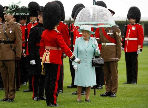 ملکه الیزابت در کنار نیروهای کاخ باکینگهام در لندن
